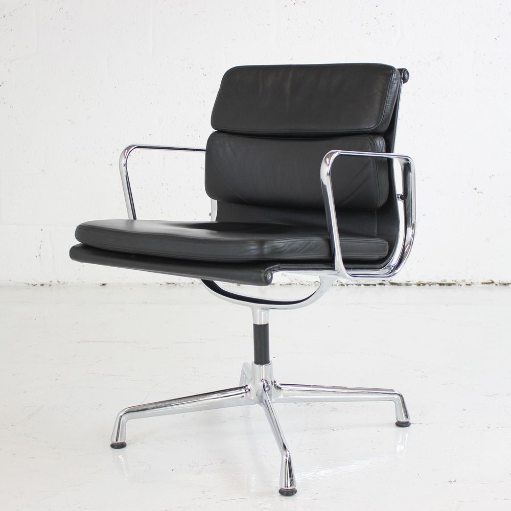 original vitra soft pad ea 207 black leather meeting chair chair on chrome base. Black Bedroom Furniture Sets. Home Design Ideas